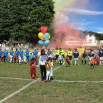 La squadra Verbania Calcio schierata in campo con i bambini pronti per il lancio del palloncino Serie D