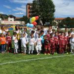 Gruppo di bambini nel campo da calcio del Verbania Calcio