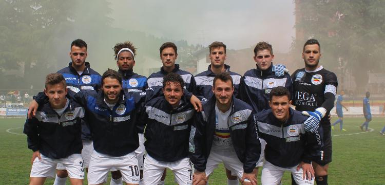 Gruppo di giocatori sceso in campo per Verbania Calcio-Fossano