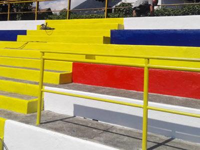 Gradinata verniciata con i colori societari del Verbania Calcio, nel piano dei lavori allo Stadio Pedroli