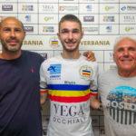Da sinistra, il DS Serao, il nuovo innesto Alessandro Ottina ed il DG Pietro Fassoli del Verbania Calcio